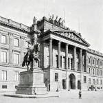 """Braunschweig, """"Schlossarkaden"""". Unter Wiederverwendung von Spolien, die  1960 beim Abbruch der Schlossruine geborgen worden waren, hat man 2007 die Schlossfassade als Eingang zu einer Shopping Mall rekonstruiert"""
